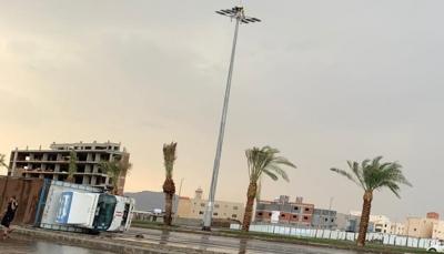 السعودية: أمطار غزيرة تُسقط أعمدة وتحطم سيارات وطائرات بالمدينة المنورة (فيديو)
