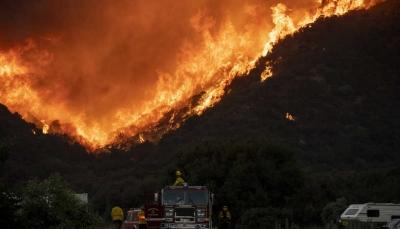 إخلاء 2600 منزل.. مئات الإطفائيين يكافحون حريق غابات في لوس إنجلوس الأمريكية (صور)