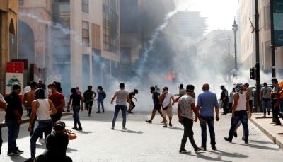 اللبنانيون يتظاهرون وسط بيروت والشرطة تفرقهم بالغاز المسيل للدموع