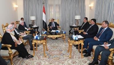 """لمناقشة جهود الحل السياسي.. """"محسن"""" يلتقي المبعوث الأممي نيابة عن الرئيس هادي"""