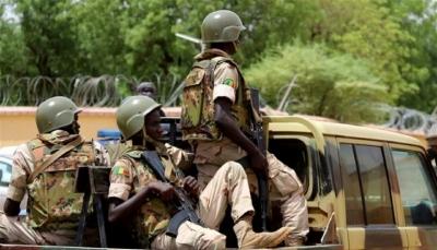"""""""انقلاب في مالي"""".. متمردون يقتادون الرئيس وكبار المسؤولين إلى قاعدة عسكرية"""