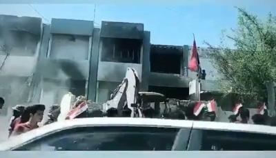 أحرقوها ثم هدموها بالجرافات.. عراقيون يدمرون مقار لأحزاب وميليشيات رداً على اغتيال نشطاء (فيديو)