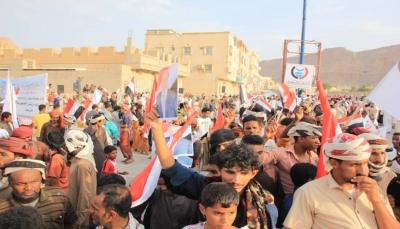 أكدوا تمسكهم بإقليم حضرموت .. الآلاف يحتشدون في سيئون دعما للشرعية ورفضا للوصاية