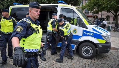 السويد تطارد متطرفينأرادوا حرق القرآن أثناء خروج المسلمين من المسجد وترحِّل أحدهم