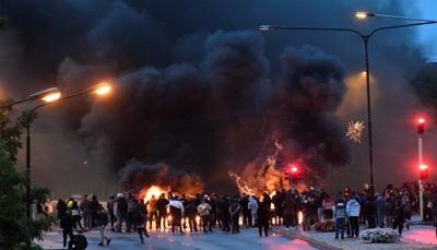 أعمال عنف في السويد بعد إحراق نسخة من المصحف والشرطة تتدخل (فيديو)