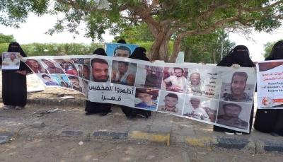 عدن: أمهات المختطفين تطالب بالإفراج عن 38 مخفيا قسرا وتحمل الانتقالي مسؤولية سلامتهم