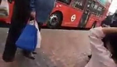 """شاهد - اعتداء عنصري """"بلا رحمة"""" على مسلمة يفجر ابنتها بالبكاء"""