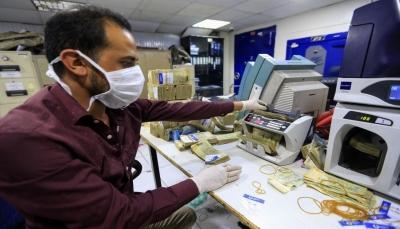 """شلل مصرفي إثر إعلان الحكومة معالجات """"متأخرة"""" لانهيار الريال"""
