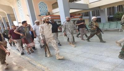 قيادي في الانتقالي يعتدي على موظف أمني في مطار عدن