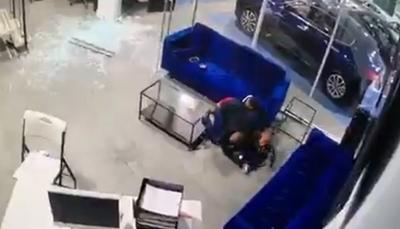 شاهد - أب يصد الرصاص بجسده لحماية أطفاله