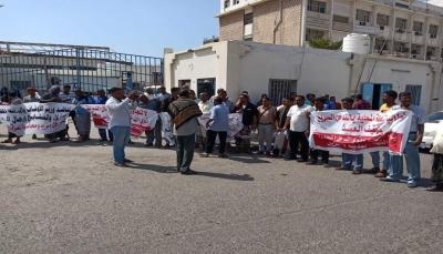 وقفة احتجاجية بالمكلا تندد بالاعتداءات المتكررة على أراضٍ وممتلكات خاصة