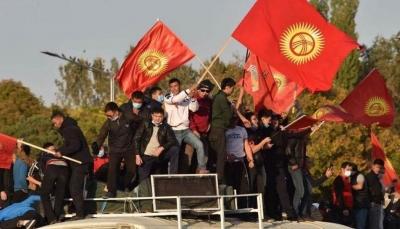 قرغيزستان تنزلق نحو الفوضى.. 3 سلطات تتنازع الحكم في البلاد وقلق روسي صيني
