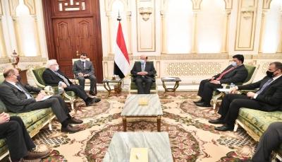"""الرئيس هادي يُلمح إلى فشل """"غريفيث"""": نريد نتائج ملموسة بعيدا عن العمل الإعلامي"""