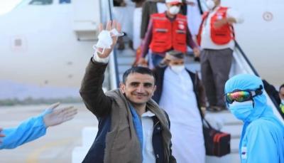 مطار سيئون يستقبل الدفعة الثانية من الأسرى والمختطفين المفرج عنهم من سجون الحوثيين بينهم 5 صحفيين