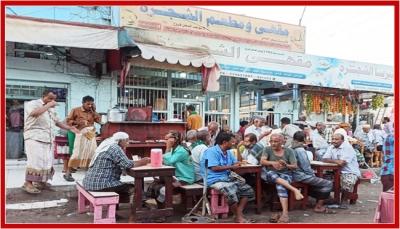 """""""مقهى الشجرة"""" بالشيخ عثمان.. تاريخ نضالي عريق تحكيه أباريق الشاي العدني"""