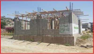 """نافذ حوثي بإب يستغل """"المولد النبوي"""" لاستكمال تشييد بناية مخالفة على أرض منهوبة"""