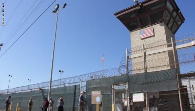 مركز أمريكي يدعو الإمارات للإفراج عن 18 يمنياً من معتقلي غوانتانامو ووقف ترحيلهم إلى اليمن