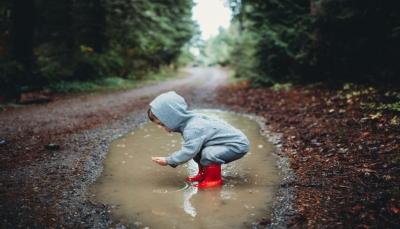 دراسة: لعب الأطفال بالتراب ووسط الطبيعة يقوي مناعتهم بزمن كورونا
