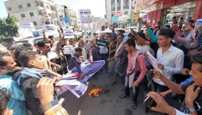 أحرقوا العلم الفرنسي.. محتجون في تعز ينددون بتصريحات ماكرون المسيئة للإسلام