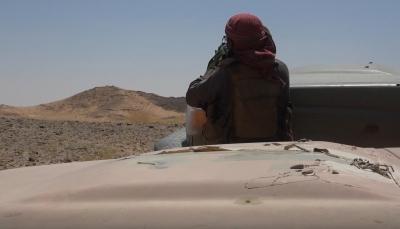 """بالفيديو.. الجيش يطارد عناصر مليشيات الحوثي في """"خب الشعف"""" بالجوف"""
