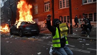 """فرنسا: اشتباكات عنيفة بين الشرطة ومتظاهرين ضد قانون """"الأمن الشامل"""" في باريس"""