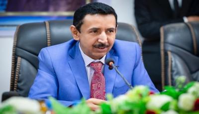 محافظ شبوة يُقيل تسعة مسؤولين محليين ويحيلهم للتحقيق ويمنعهم من السفر