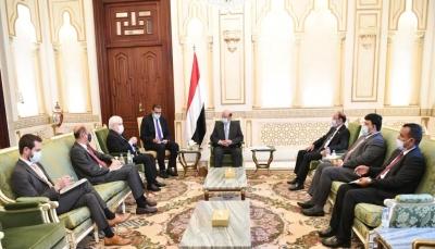 """هادي لـ""""غريفيث"""": مليشيات الحوثي لا تريد السلام وتعمل على تنفيذ أجندة إيران"""