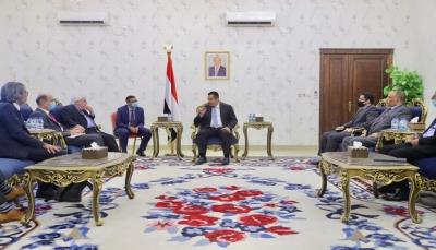 """الحكومة: استهداف مطار عدن """"جرس إنذار"""" بخطورة التهاون الدولي مع سلوك الحوثيين الإرهابي"""