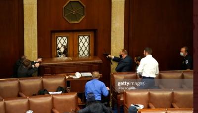 إشهار مسدسات داخل قاعة الكونغرس وصدامات عنيفة بين أنصار ترامب والشرطة (صور)