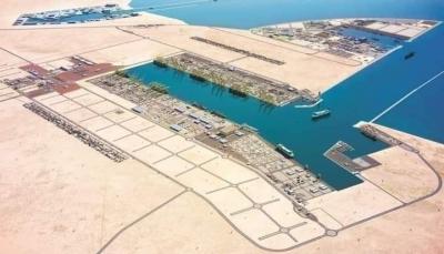 """تحمل 17 ألف طن من الديزل.. وصول أول باخرة وقود إلى ميناء """"قنا"""" النفطي بشبوة"""