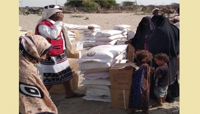 الصليب الأحمر يعلن توزيع مساعدات غذائية على 10 آلاف نازح في أبين