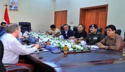 وزير الداخلية يطلع مسؤول أممي على نتائج تحقيقات حادثة استهداف مطار عدن