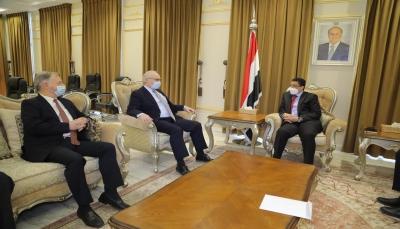 """وزير الخارجية لـ""""ليندر كينغ"""": استهداف الحوثي لمأرب يهدد بنسف العملية السياسية"""