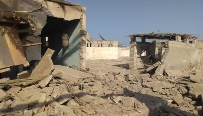 """الحديدة.. الحوثيون يجددون قصف حي """"منظر"""" بالصواريخ وتدمير أربعة منازل"""