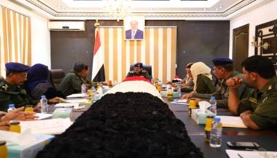 وزير الداخلية يشدد على أهمية العمل بروح الفريق الواحد وبناء مؤسسة أمنية وطنية