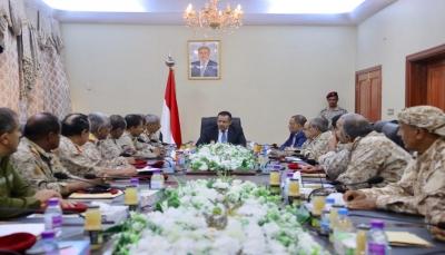 رئيس الوزراء يناقش مع قيادة المنطقة الرابعة خطوات توحيد القرار العسكري والأمني