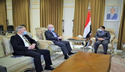 وزير الخارجية يبحث مع المبعوث الأمريكي مخاطر تصعيد الحوثيين على عملية السلام