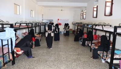 تعز.. أمهات المختطفين تحتفي بيوم المرأة مع المحتجزات في سجن النساء