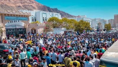 حضرموت.. احتجاجات طلابية تنديداً بارتفاع أسعار المشتقات النفطية والمواد الأساسية