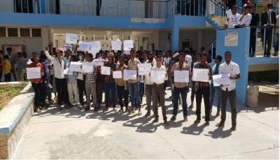 طلاب جامعة سيئون يحتجون على رفع أسعار المشتقات النفطية