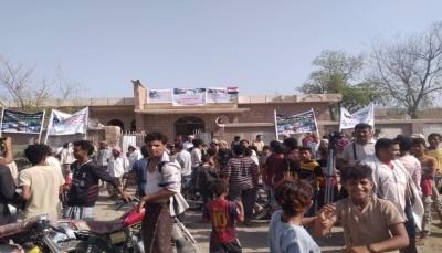 الحديدة.. محتجون ينددون بصمت البعثة الأممية على جرائم الحوثيين