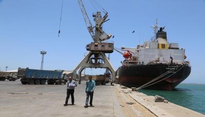 الحكومة تعلن السماح بدخول سفن وقود إلى ميناء الحديدة