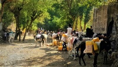 """""""الحصول على المياه"""".. مهمة يومية شاقة للمواطنين في ريف محافظة إب"""