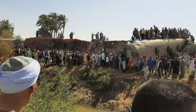 أسفر عن مقتل 32 شخصاً.. فيديو يحبس الانفاس للحظة تصادم قطارين في مصر