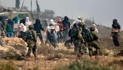 شاهد.. 20 مستوطناً ملثمين يهاجمون مُسناً فلسطينياً بالحجارة بحماية من جيش الاحتلال