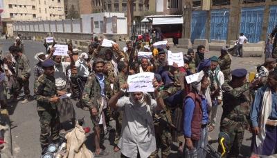 تعز.. جنود من قوات الأمن الخاصة ينددون بمصادرة رواتبهم