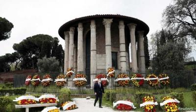 يريدون حرقها.. عمال دفن الموتى يتظاهرون في روما بسبب 2000 جثة مكدسة