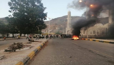 محتجون يغلقون شوارع رئيسية في عدن احتجاجا على انقطاع الكهرباء