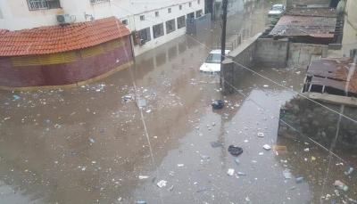 أغلقت عدد من الشوارع.. أمطار غزيرة في عدن تُلحق أضراراً بالمباني والمركبات (صور)
