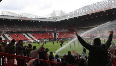 تأجيل مباراة مانشستر يونايتد وليفربول بعد اقتحام مشجعين ملعب أولد ترافورد